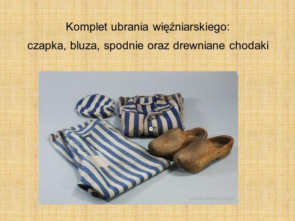 Komplet ubrania więźniarskiego: czapka, bluza, spodnie oraz drewniane chodaki