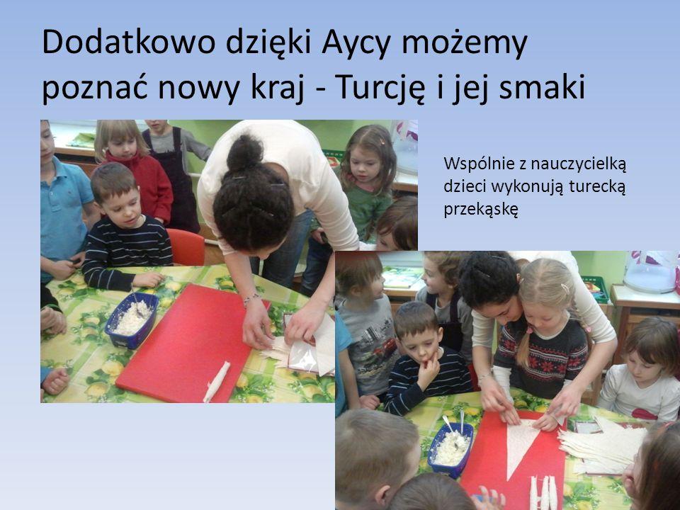 Dodatkowo dzięki Aycy możemy poznać nowy kraj - Turcję i jej smaki Wspólnie z nauczycielką dzieci wykonują turecką przekąskę
