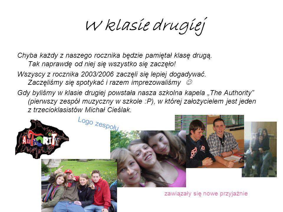 A oto i my 3 lata temu … Teraz wyglądamy trochę lepiej, ale tak się wygląda w pierwszej klasie :P Od lewej : Patryś, Miki, Kura, Oskar, Kredek, Kamila, Ania, Dorotka, Solon, Wapniak, Aga, Weronika, Monika, Karolina, Olgunia, Olunia (klasa 3b)