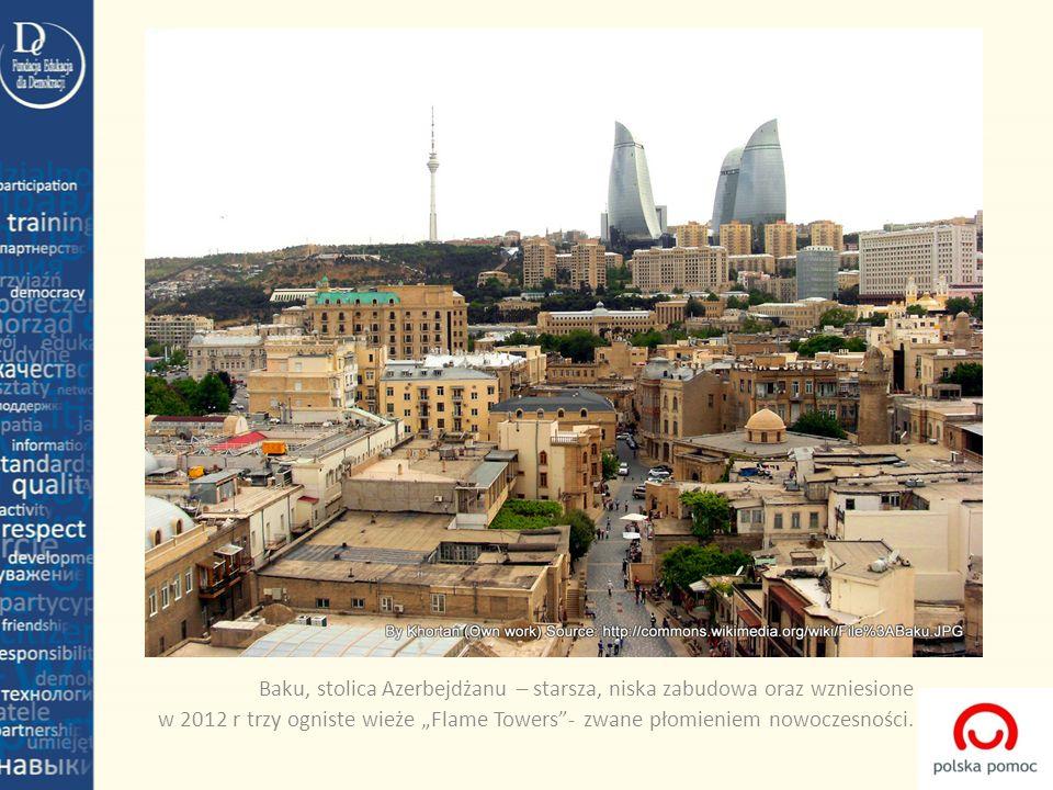 Baku, stolica Azerbejdżanu – starsza, niska zabudowa oraz wzniesione w 2012 r trzy ogniste wieże Flame Towers- zwane płomieniem nowoczesności.