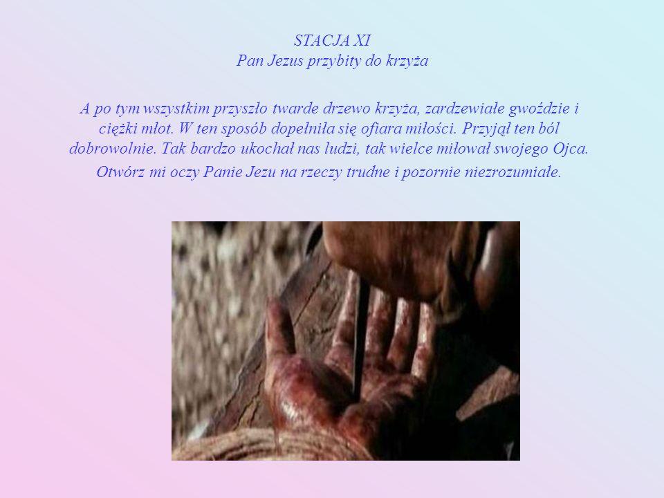STACJA X Pan Jezus z szat obnażony Nie pozostawiono Mu nawet własnej szaty. Zdarto ją z Niego bezceremonialnie. On Król wszechrzeczy, który wszystko p