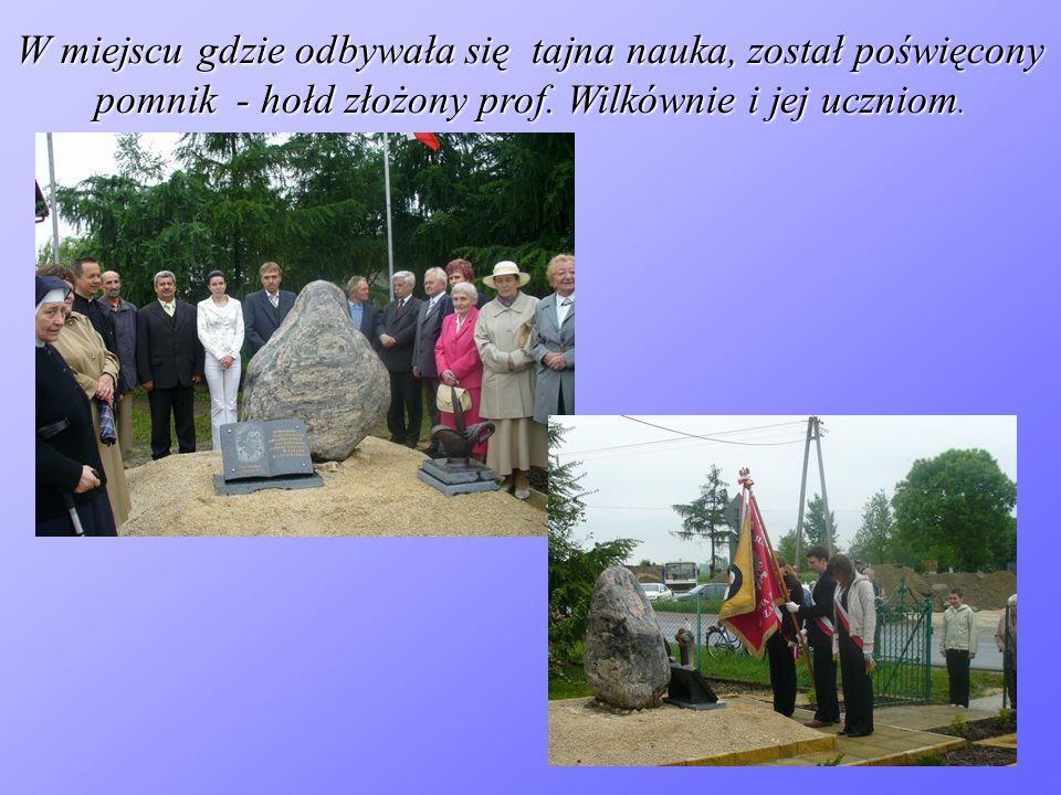 W miejscu gdzie odbywała się tajna nauka, został poświęcony pomnik - hołd złożony prof. Wilkównie i jej uczniom.