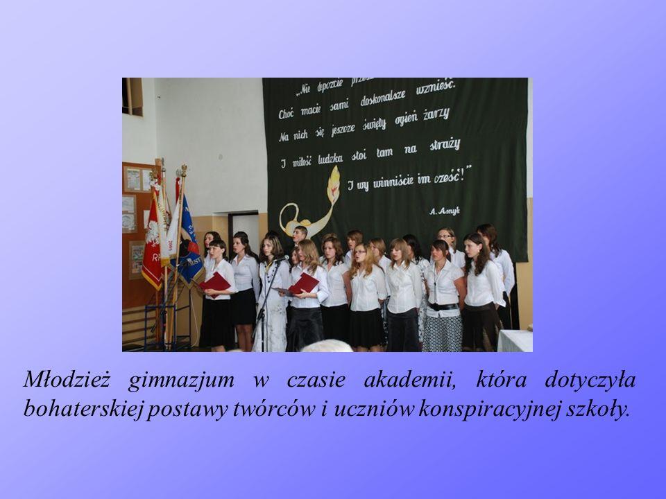Młodzież gimnazjum w czasie akademii, która dotyczyła bohaterskiej postawy twórców i uczniów konspiracyjnej szkoły.