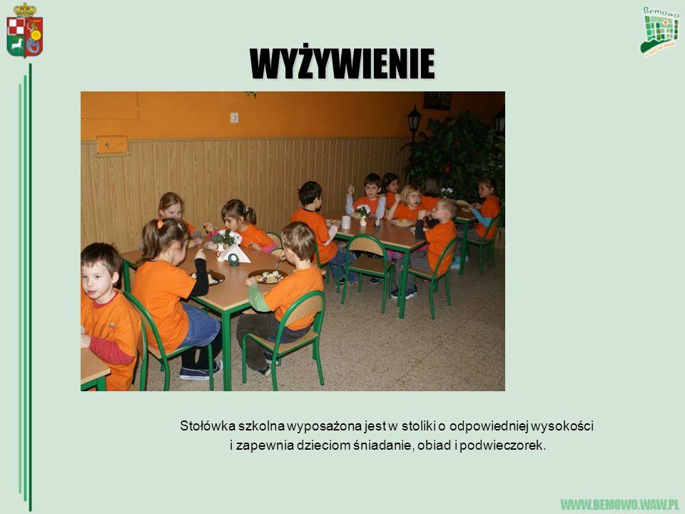 WYŻYWIENIE Stołówka szkolna wyposażona jest w stoliki o odpowiedniej wysokości i zapewnia dzieciom śniadanie, obiad i podwieczorek.