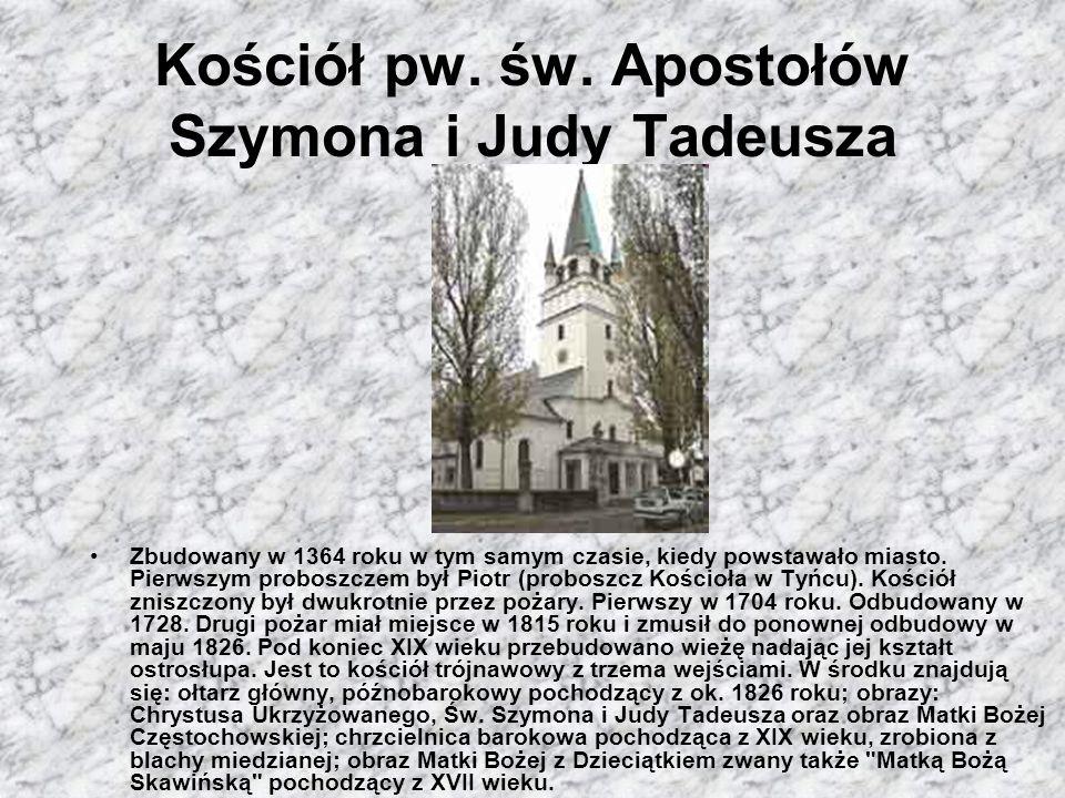 Rynek Skawiński Łatwo możemy zaobserwować średniowieczny, szachownicowy układ centrum miasta. Do dziś układ ten zachował się prawie nie zmieniony. Prz