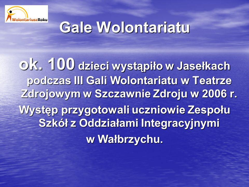 ok. 100 dzieci wystąpiło w Jasełkach podczas III Gali Wolontariatu w Teatrze Zdrojowym w Szczawnie Zdroju w 2006 r. Występ przygotowali uczniowie Zesp