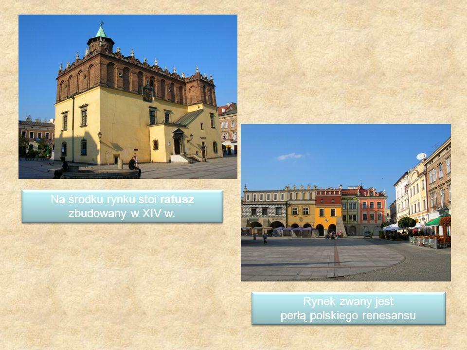Na środku rynku stoi ratusz zbudowany w XIV w. Na środku rynku stoi ratusz zbudowany w XIV w. Rynek zwany jest perłą polskiego renesansu Rynek zwany j