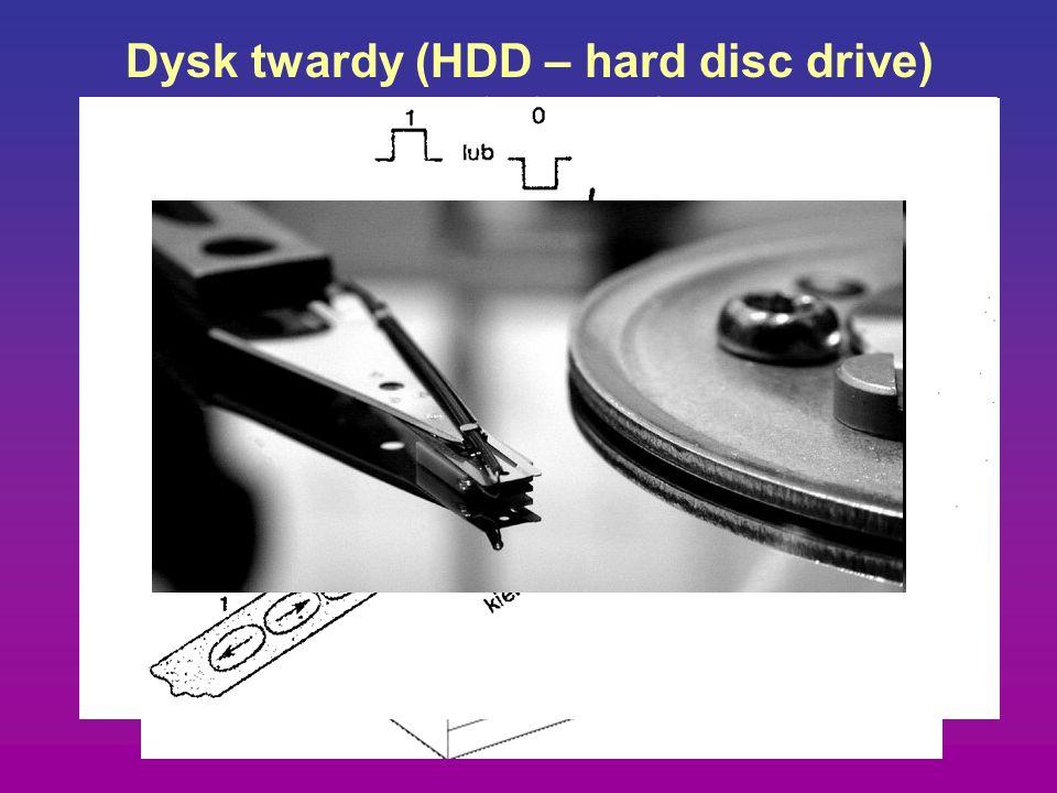 Dysk twardy (HDD – hard disc drive) pojemność: 5 Mb (XT) – 300Gb współcześnie 5400 do 10 000 obrotów na minutę średnią prędkość przesyłu 30 MB/s
