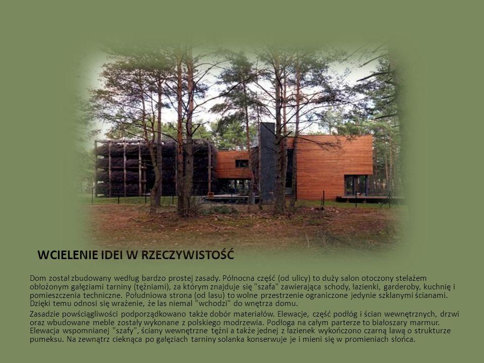 WCIELENIE IDEI W RZECZYWISTOŚĆ Dom został zbudowany według bardzo prostej zasady. Północna część (od ulicy) to duży salon otoczony stelażem obłożonym
