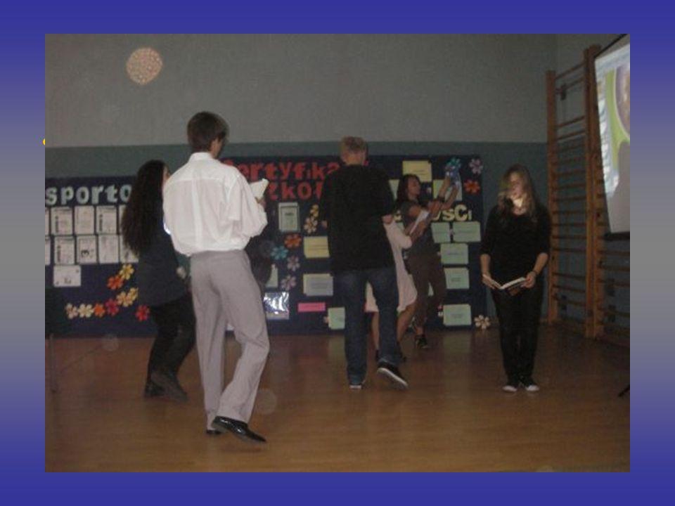 Dni Otwarte Po przyjściu uczniów klas trzecich gimnazjów w klimat naszej szkoły wprowadził występ szkolnego teatru,,Bez nazwy. Aktorzy pod opieką pani