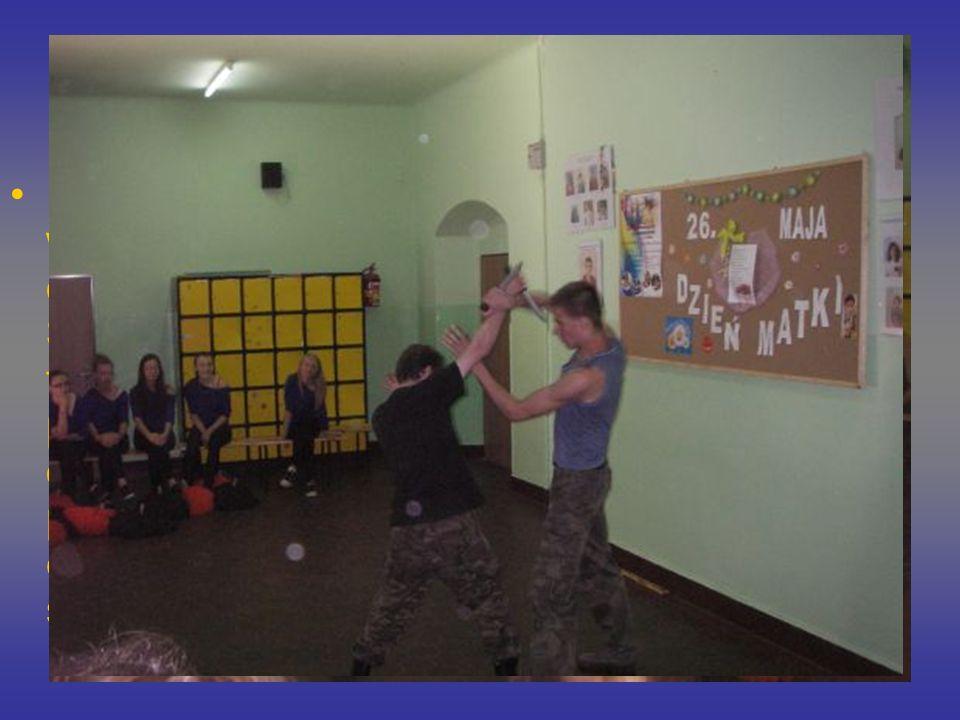 Dni Otwarte Dużym zainteresowaniem cieszył się także występ chearlederek, które przygotowuje do różnych pokazów pani mgr Lidia Siwińska. W holu szkoły