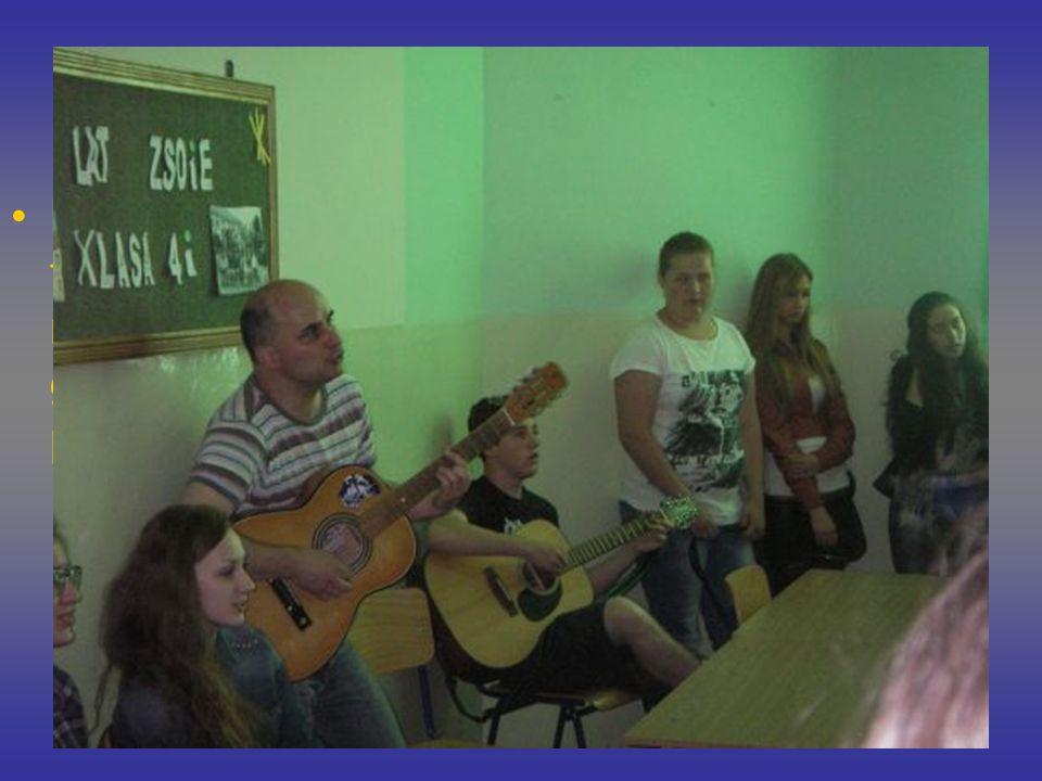 Dni Otwarte Na przyszłych uczniów ZSOiE czekały także krótkie lekcje językowe. Razem z mgr Wojciechem Szturomskim gimnazjaliści mogli pośpiewać popula