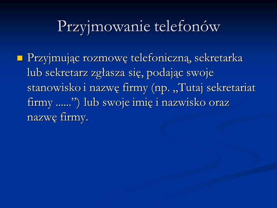 Przyjmowanie telefonów Przyjmując rozmowę telefoniczną, sekretarka lub sekretarz zgłasza się, podając swoje stanowisko i nazwę firmy (np. Tutaj sekret