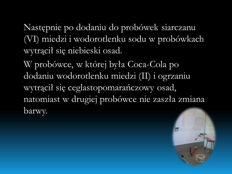 Następnie po dodaniu do probówek siarczanu (VI) miedzi i wodorotlenku sodu w probówkach wytrącił się niebieski osad. W probówce, w której była Coca-Co