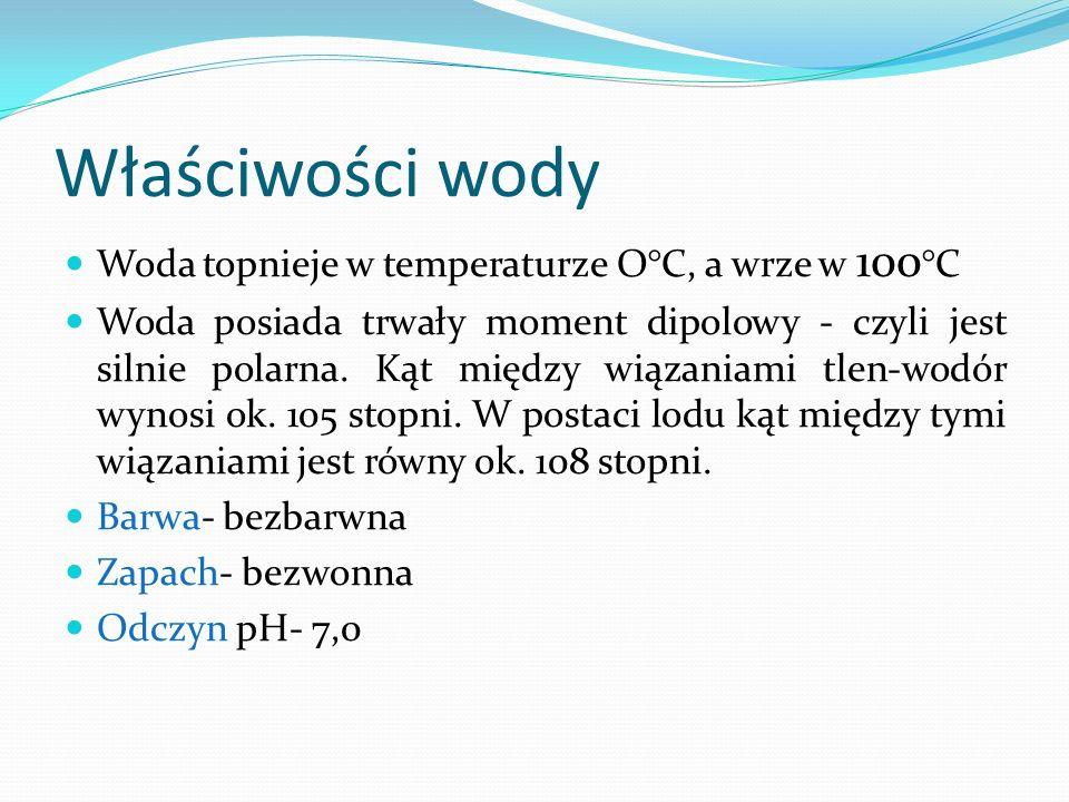 Właściwości wody Woda topnieje w temperaturze O°C, a wrze w 100 °C Woda posiada trwały moment dipolowy - czyli jest silnie polarna. Kąt między wiązani