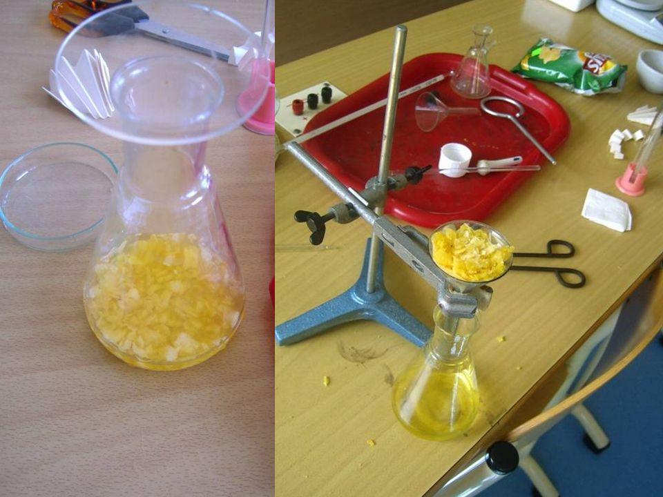 Najpierw odważyliśmy chipsy, następnie rozgnietliśmy je w moździerzu, po czym przesypaliśmy je do kolby stożkowej i dodaliśmy acetonu. Następnie umieś