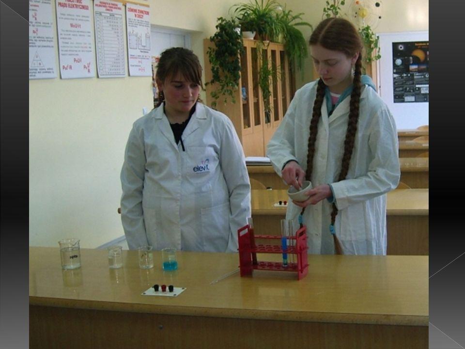 Dodaliśmy roztworu wodorotlenku miedzi (II) do glukozy rozpuszczonej w wodzie i ogrzaliśmy. Pojawiło nam się wówczas ceglaste zabarwienie. To samo pow