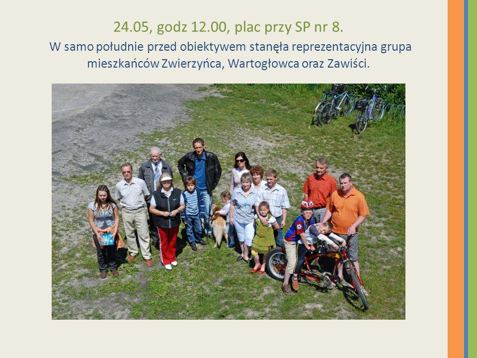 24.05, godz 12.00, plac przy SP nr 8. W samo południe przed obiektywem stanęła reprezentacyjna grupa mieszkańców Zwierzyńca, Wartogłowca oraz Zawiści.