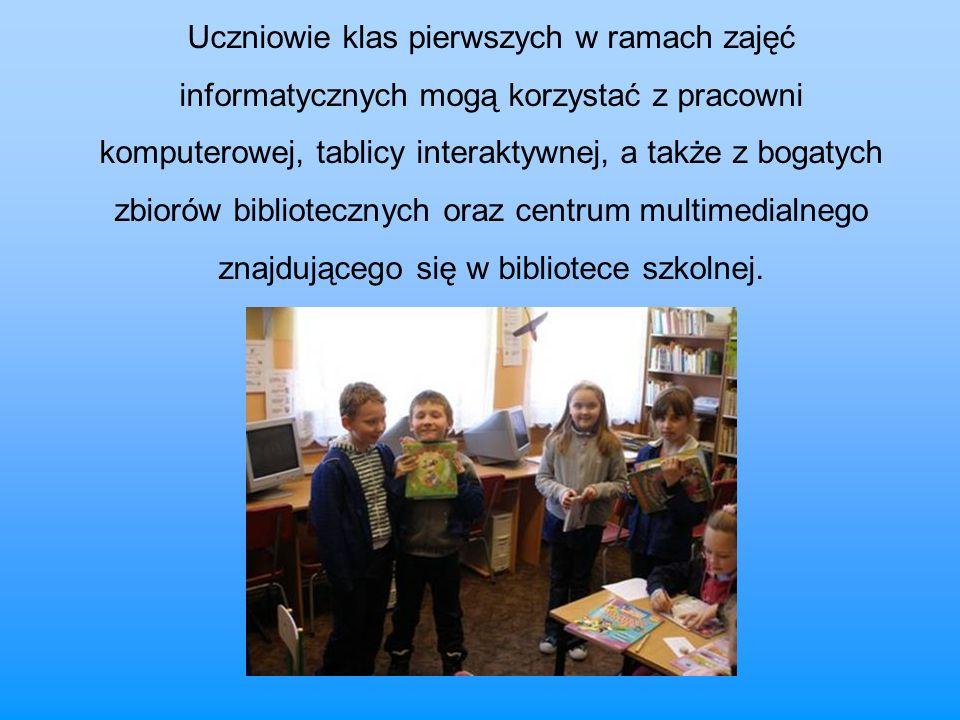 Uczniowie klas pierwszych w ramach zajęć informatycznych mogą korzystać z pracowni komputerowej, tablicy interaktywnej, a także z bogatych zbiorów bib