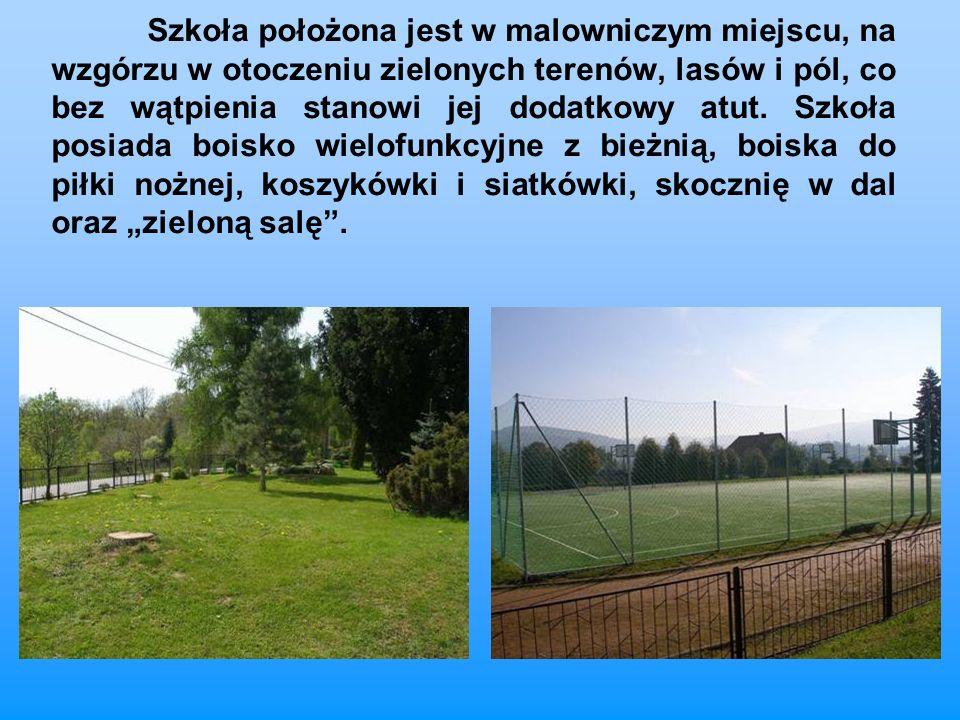 Szkoła położona jest w malowniczym miejscu, na wzgórzu w otoczeniu zielonych terenów, lasów i pól, co bez wątpienia stanowi jej dodatkowy atut. Szkoła