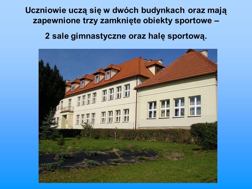 Uczniowie uczą się w dwóch budynkach oraz mają zapewnione trzy zamknięte obiekty sportowe – 2 sale gimnastyczne oraz halę sportową.