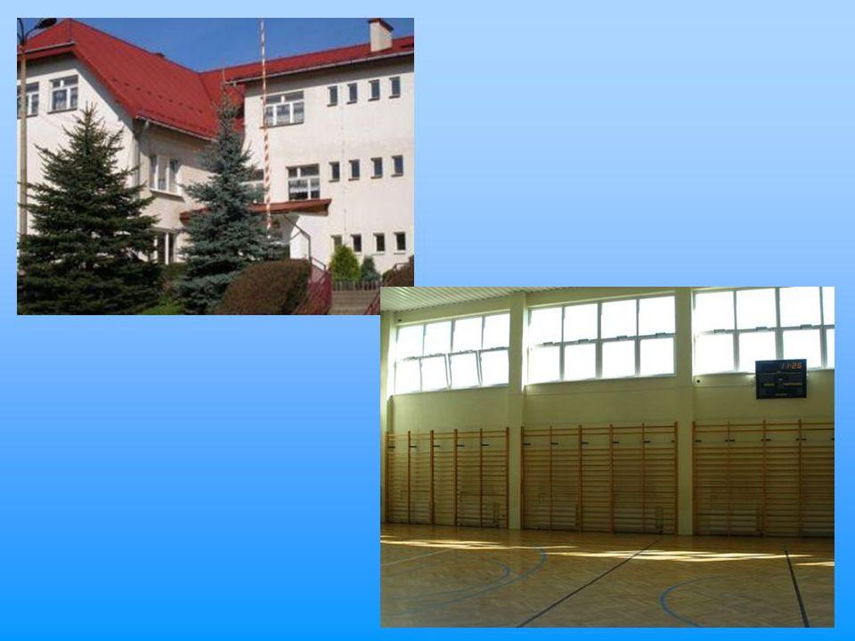 W budynku głównym znajduje się sekretariat szkoły, pokój pedagoga, biblioteka z centrum multimedialnym, świetlica, stołówka, sklepik, sala gimnastyczna, gabinet pielęgniarki, gabinet stomatologiczny, oraz 3 salki rewalidacyjne do pracy z dziećmi o specjalnych potrzebach edukacyjnych wyposażone w specjalistyczny sprzęt komputerowy oraz multimedialny.