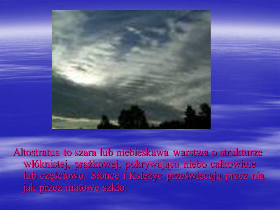 Altostratus to szara lub niebieskawa warstwa o strukturze włóknistej, prążkowej, pokrywająca niebo całkowicie lub częściowo. Słońce i Księżyc prześwie