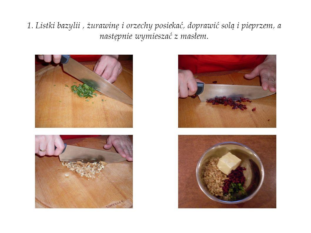1. Listki bazylii, żurawinę i orzechy posiekać, doprawić solą i pieprzem, a następnie wymieszać z masłem.