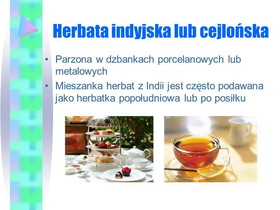 Herbata indyjska lub cejlońska Parzona w dzbankach porcelanowych lub metalowych Mieszanka herbat z Indii jest często podawana jako herbatka popołudnio