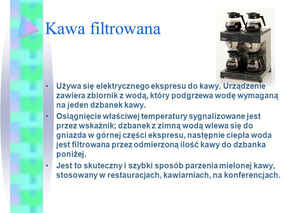 Kawa filtrowana Używa się elektrycznego ekspresu do kawy. Urządzenie zawiera zbiornik z wodą, który podgrzewa wodę wymaganą na jeden dzbanek kawy. Osi