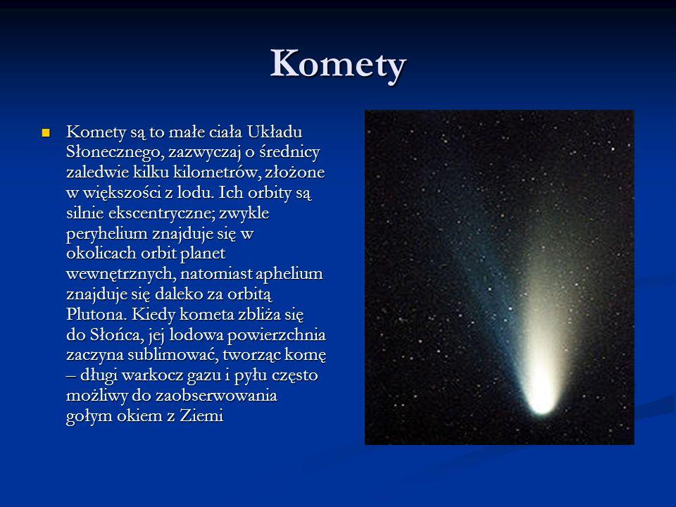 Komety Komety są to małe ciała Układu Słonecznego, zazwyczaj o średnicy zaledwie kilku kilometrów, złożone w większości z lodu. Ich orbity są silnie e