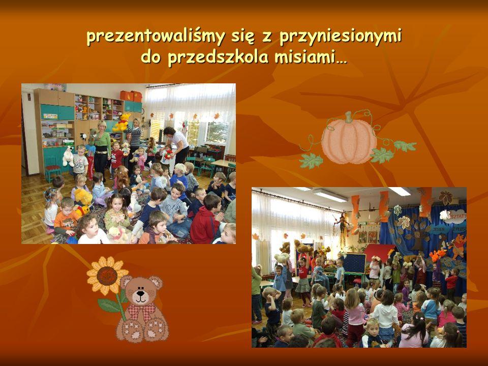 prezentowaliśmy się z przyniesionymi do przedszkola misiami…