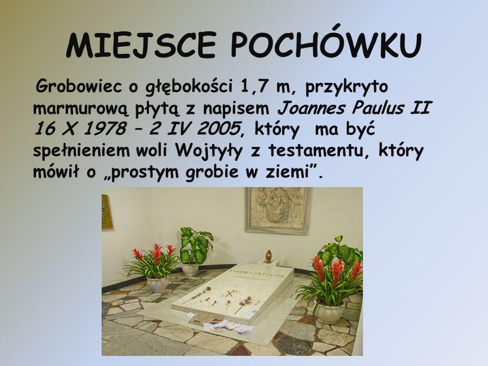 MIEJSCE POCHÓWKU Grobowiec o głębokości 1,7 m, przykryto marmurową płytą z napisem Joannes Paulus II 16 X 1978 – 2 IV 2005, który ma być spełnieniem w