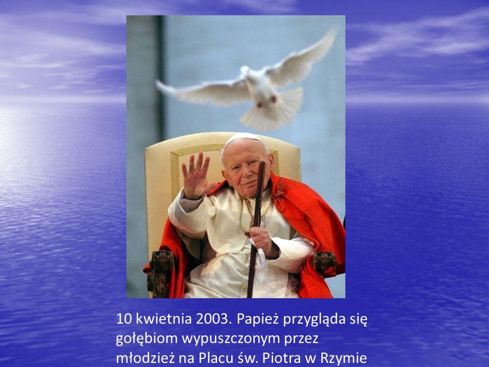 10 kwietnia 2003.Papież przygląda się gołębiom wypuszczonym przez młodzież na Placu św.