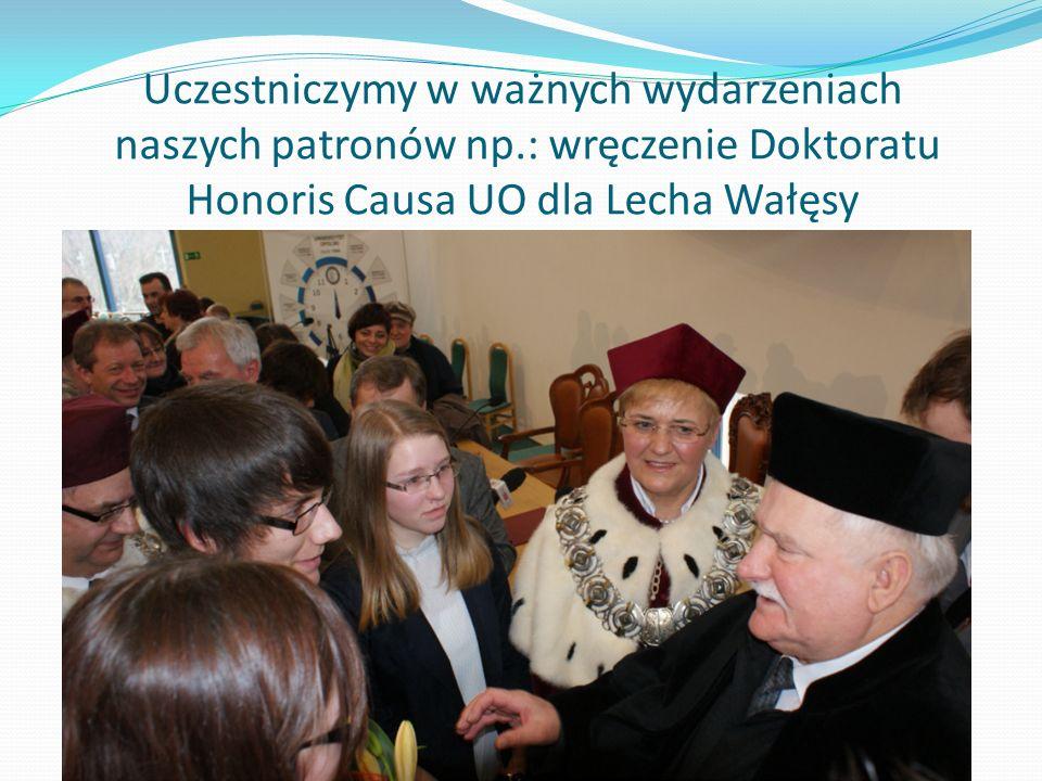Uczestniczymy w ważnych wydarzeniach naszych patronów np.: wręczenie Doktoratu Honoris Causa UO dla Lecha Wałęsy