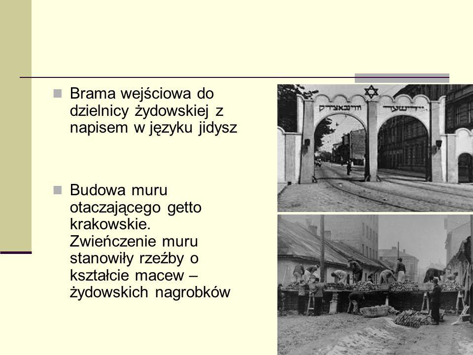 Brama wejściowa do dzielnicy żydowskiej z napisem w języku jidysz Budowa muru otaczającego getto krakowskie. Zwieńczenie muru stanowiły rzeźby o kszta