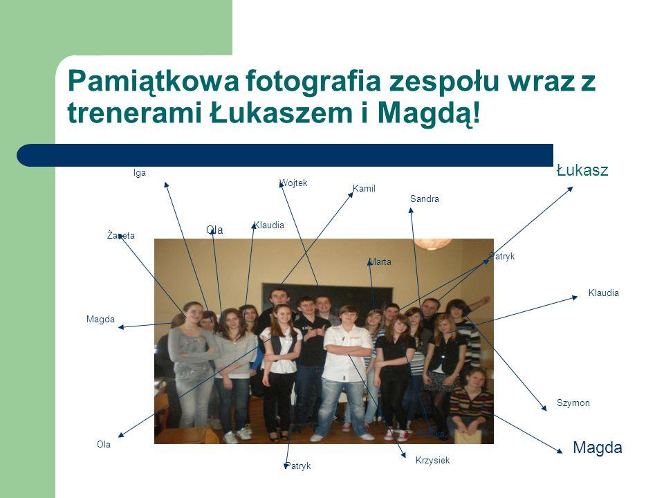 Pamiątkowa fotografia zespołu wraz z trenerami Łukaszem i Magdą.