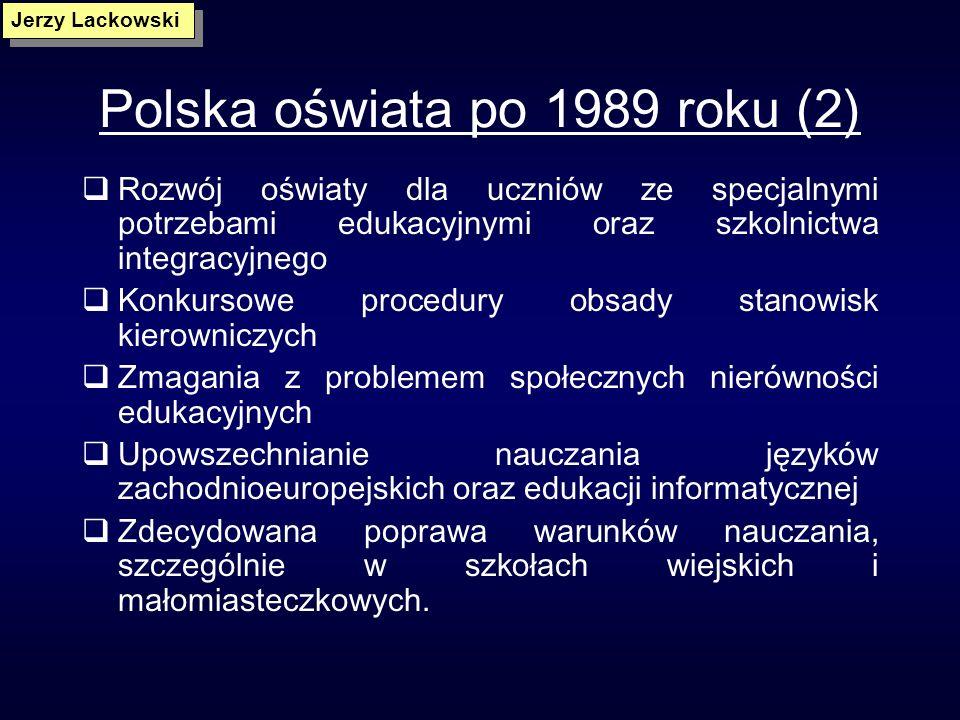 Polska oświata po 1989 roku (1) Pluralizm programów i podręczników w ramach istniejącej podstawy programowej Autonomia szkół Zdecentralizowany system