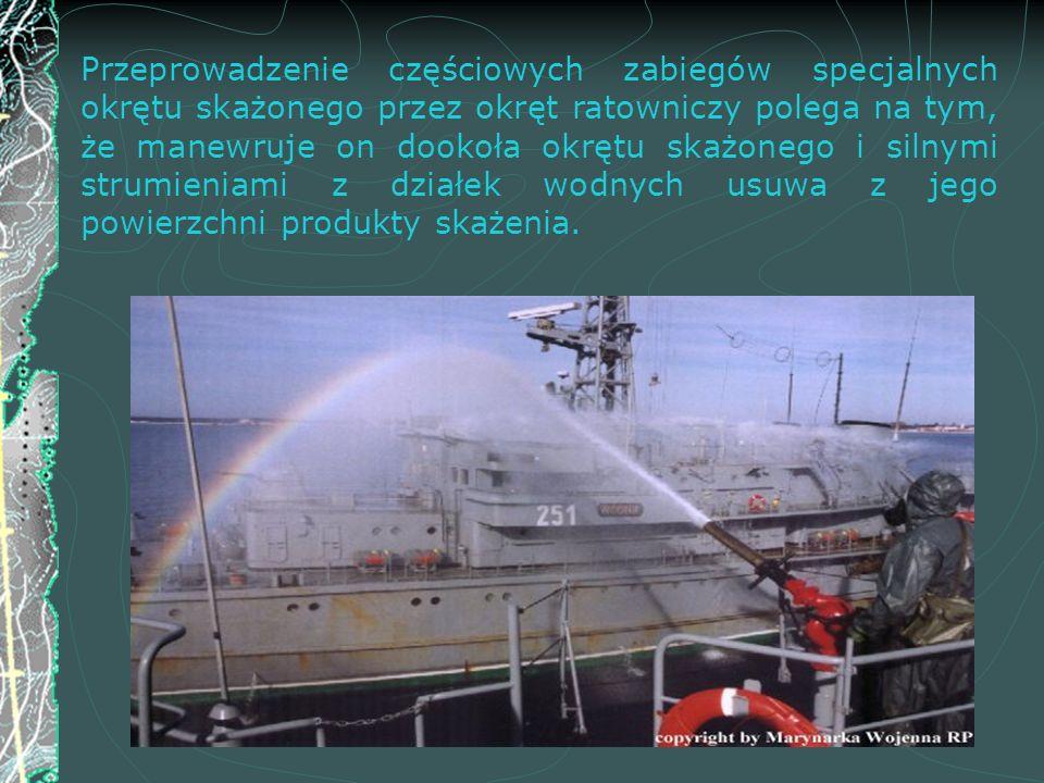 Przeprowadzenie częściowych zabiegów specjalnych okrętu skażonego przez okręt ratowniczy polega na tym, że manewruje on dookoła okrętu skażonego i sil