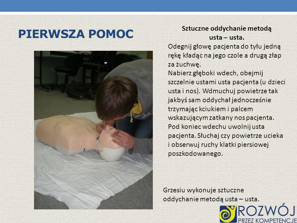 PIERWSZA POMOC Marcin wykonuje masaż serca.