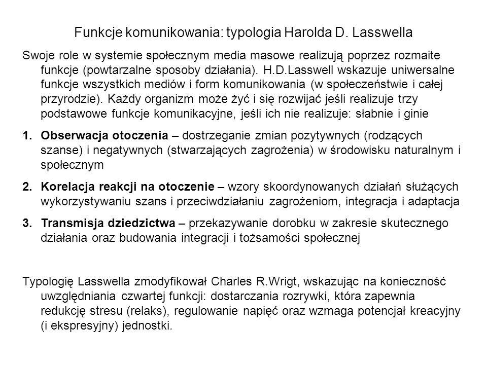 Funkcje komunikowania: typologia Harolda D. Lasswella Swoje role w systemie społecznym media masowe realizują poprzez rozmaite funkcje (powtarzalne sp