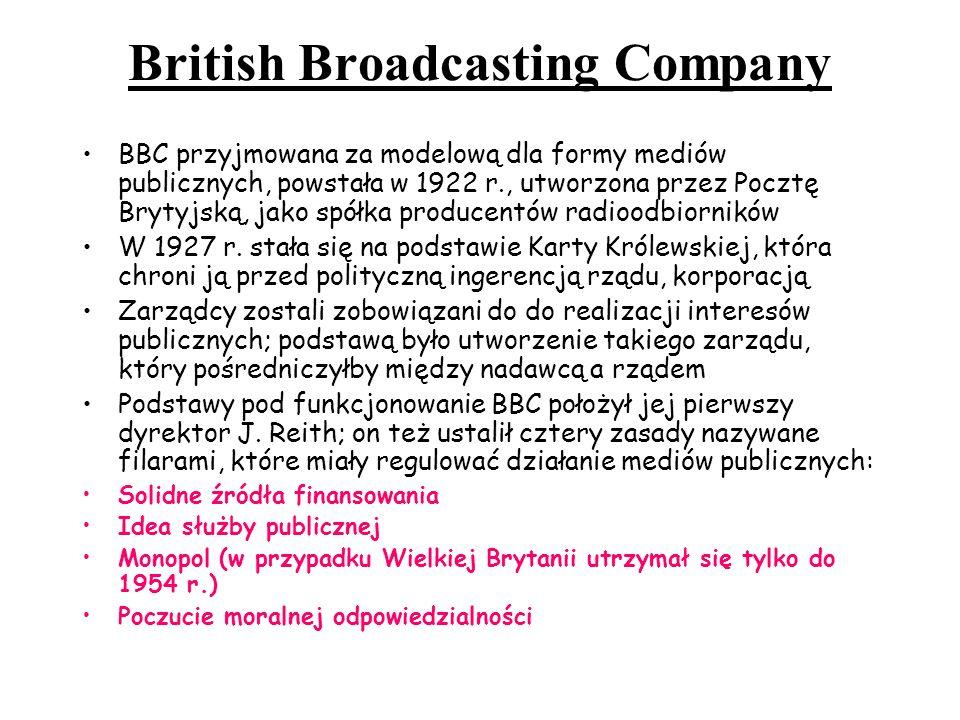 Ideą powstania BBC było kulturalne i intelektualne oświecenie publiczności; cele edukacji miały być wyznaczane przez przedstawicieli elit Po II wojnie światowej idee związane z radiem przeniesiono do telewizji – BBC stała się dla Brytyjczyków rodzajem wewnętrznej dyplomacji, promującej kulturę, wprowadzającej standard języka angielskiego zwaną BBC English, bazującej na ideach i obyczajach klasy średniej Wprowadzony przez J Reitha abonament miał być powszechnym podatkiem umożliwiającym dotarcie z przystępnym i wyważonym programem do wszystkich obywateli Reith chciał uniknąć uzależnienia mediów od państwa oraz przemysłu i finansjery – jednak teraz rosną koszty nowych technologii i zakupu programów, rośnie konkurencja; rozważa się nawet prywatyzację BBC; coraz częściej ujawniają się konflikty polityczne (obsadzanie stanowiska dyrektora) Monopol mediów publicznych był możliwy tylko przy współpracy państwa