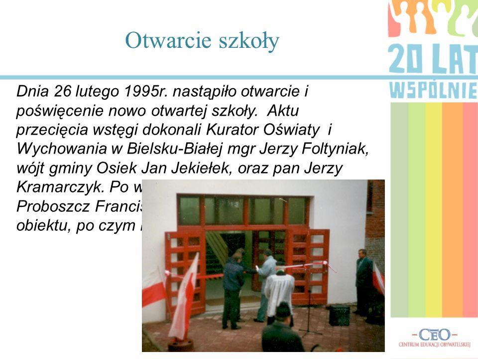 Dnia 26 lutego 1995r. nastąpiło otwarcie i poświęcenie nowo otwartej szkoły. Aktu przecięcia wstęgi dokonali Kurator Oświaty i Wychowania w Bielsku-Bi