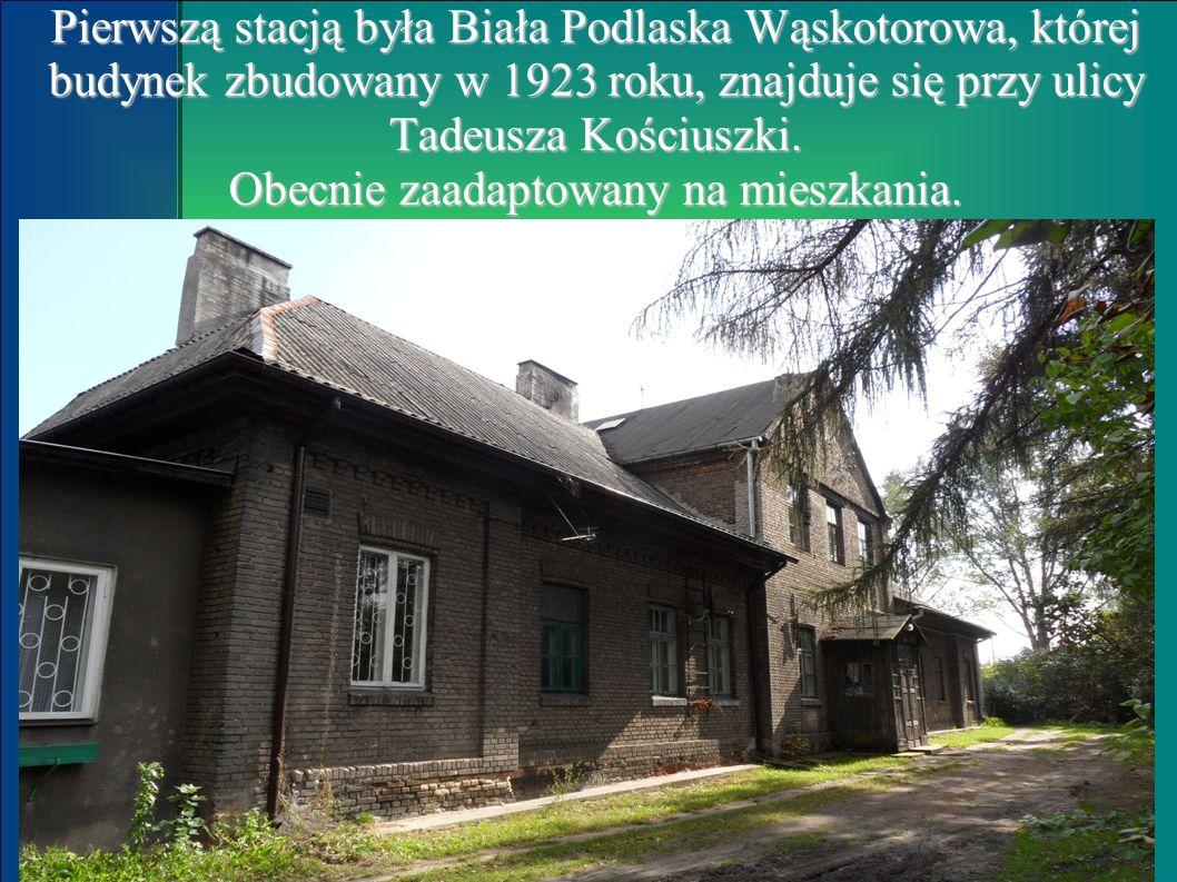 Pierwszą stacją była Biała Podlaska Wąskotorowa, której budynek zbudowany w 1923 roku, znajduje się przy ulicy Tadeusza Kościuszki. Obecnie zaadaptowa