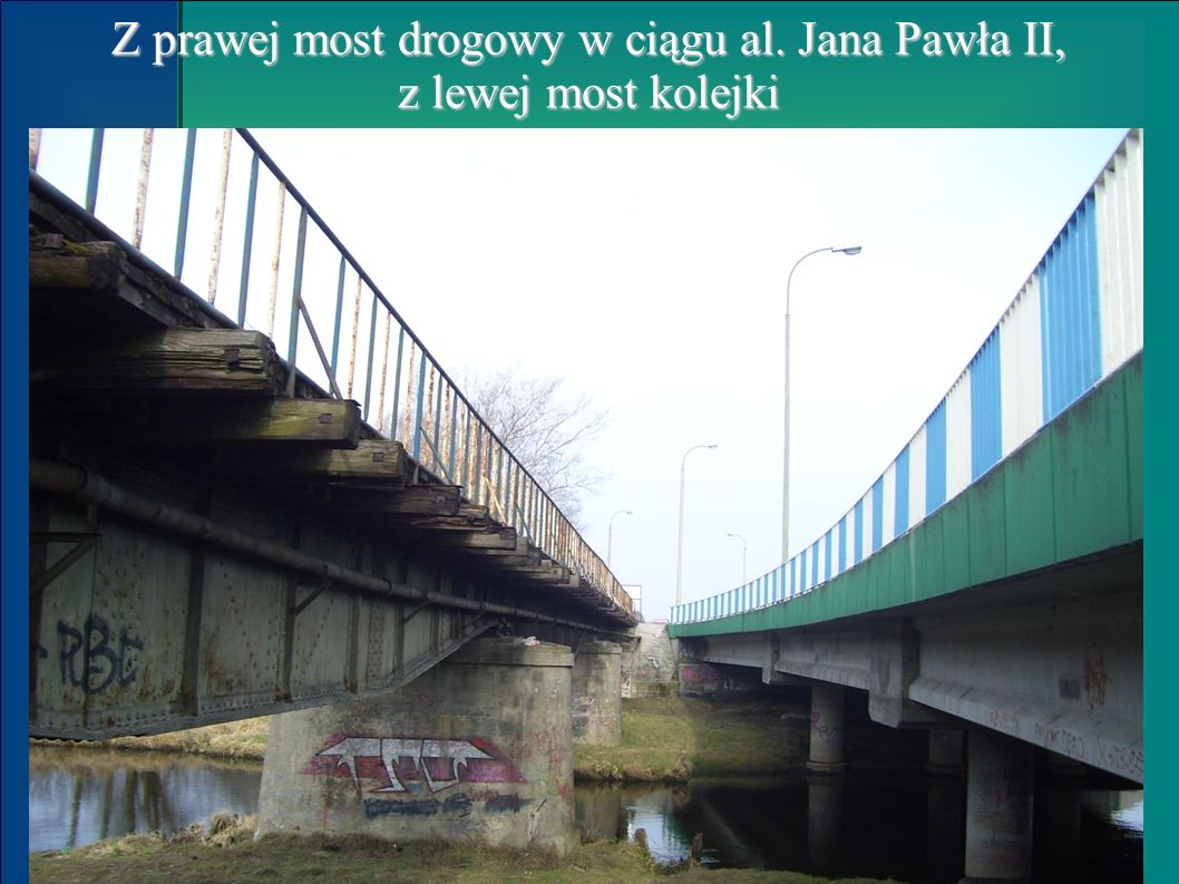 Z prawej most drogowy w ciągu al. Jana Pawła II, z lewej most kolejki