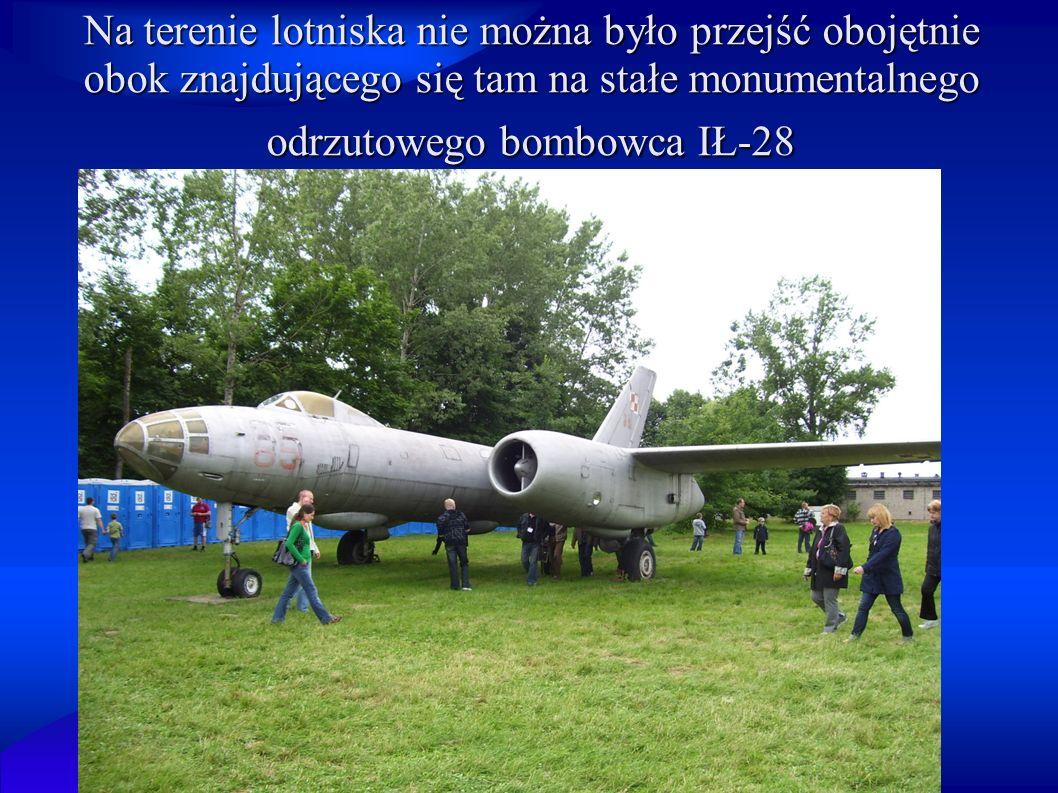 Na terenie lotniska nie można było przejść obojętnie obok znajdującego się tam na stałe monumentalnego odrzutowego bombowca IŁ-28