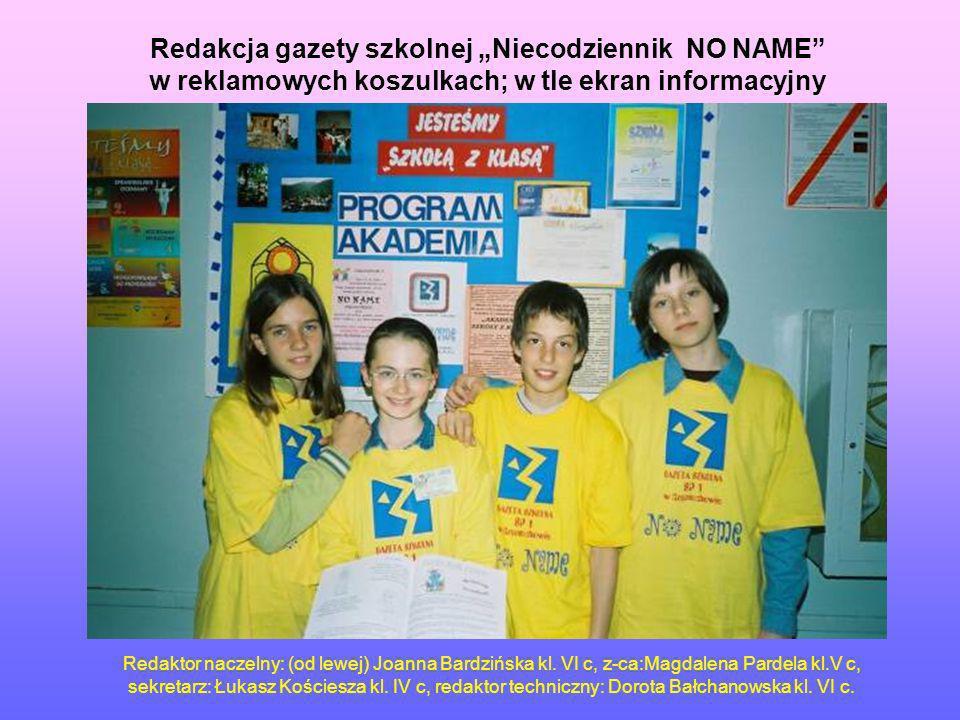 Redakcja gazety szkolnej Niecodziennik NO NAME w reklamowych koszulkach; w tle ekran informacyjny Redaktor naczelny: (od lewej) Joanna Bardzińska kl.