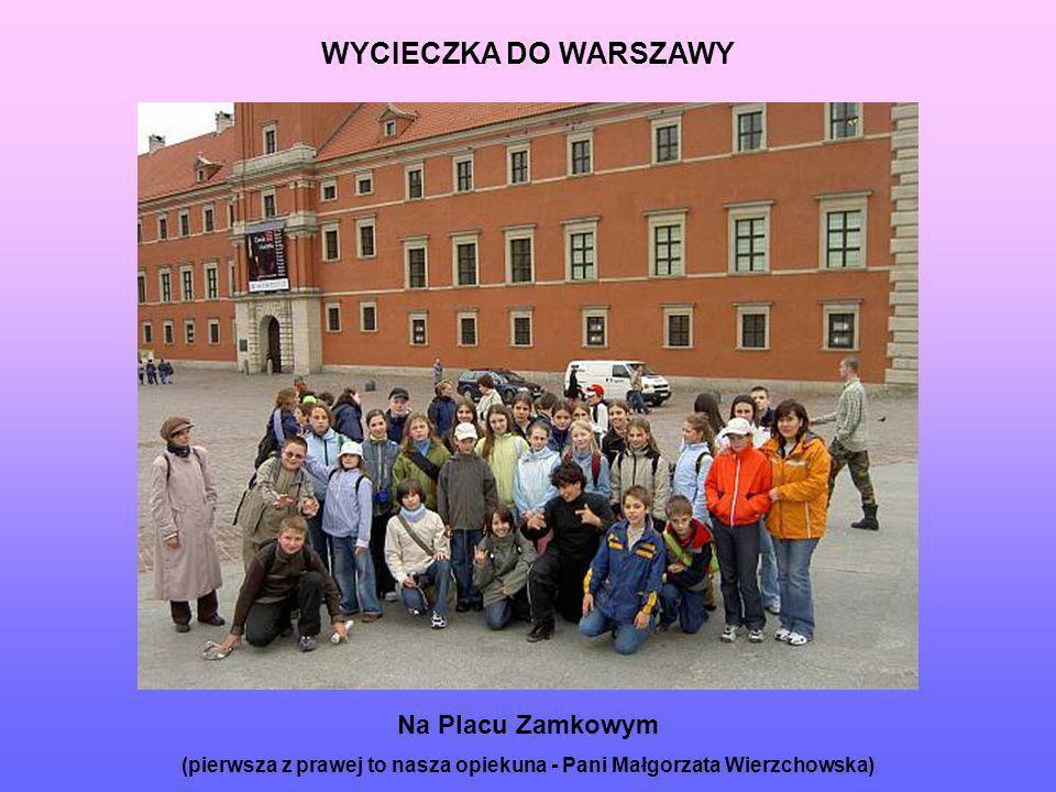 WYCIECZKA DO WARSZAWY Na Placu Zamkowym (pierwsza z prawej to nasza opiekuna - Pani Małgorzata Wierzchowska)