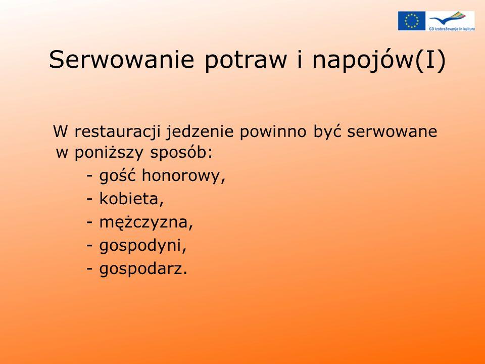 Serwowanie potraw i napojów(I) W restauracji jedzenie powinno być serwowane w poniższy sposób: - gość honorowy, - kobieta, - mężczyzna, - gospodyni, -