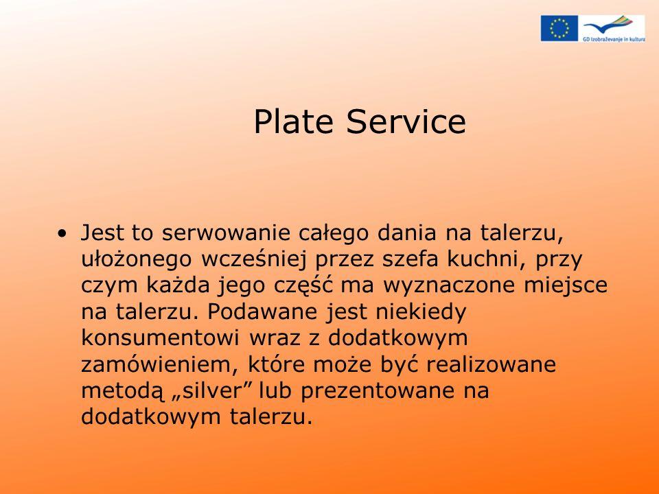 Plate Service Jest to serwowanie całego dania na talerzu, ułożonego wcześniej przez szefa kuchni, przy czym każda jego część ma wyznaczone miejsce na